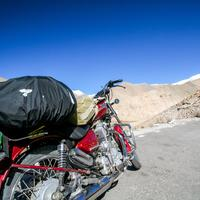 A red RE Thunderbird 350 in Ladakh on the route to the Tsomoriri Lake